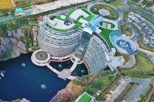 Китайцы построили отель в заброшенном угольном карьере. Вы только посмотрите Архитектурная фантастика.