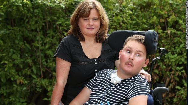 Он съел на спор какого-то слизняка - и сначала стал инвалидом, а потом умер Очень трагическая история.