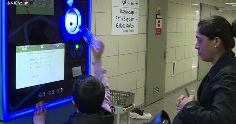Оплатите билет пластиковой бутылкой. Метро в Стамбуле борется с мусором Очень круто!