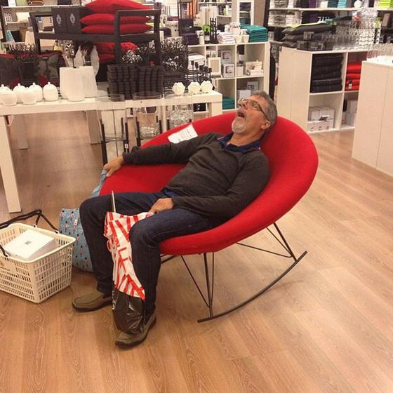 35 смешных фото о том, как мужчины ″наслаждаются″ шоппингом Знакомо, мужчины?