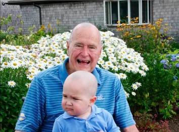 Джордж Буш-старший однажды побрил голову, чтобы поддержать сына своего агента Вашингтон попрощался с 41-президентом США.