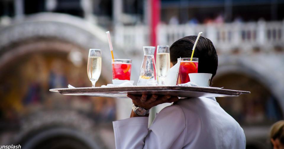 Исследование говорит, что быть официантом - самая напряженная профессия
