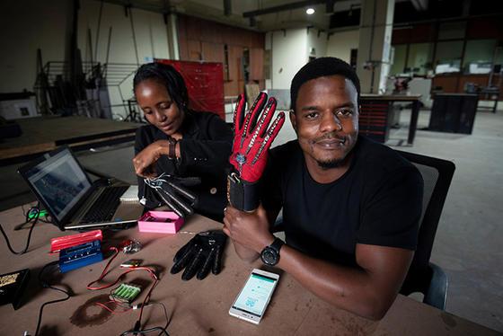 25-летний изобретатель из Кении сделал перчатки, которые переводят в голос язык жестов