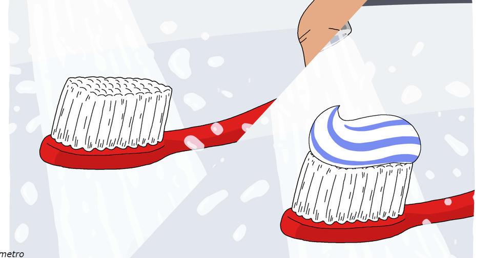 Зубные щетки - причина, почему надо закрывать крышку унитаза перед тем, как смывать