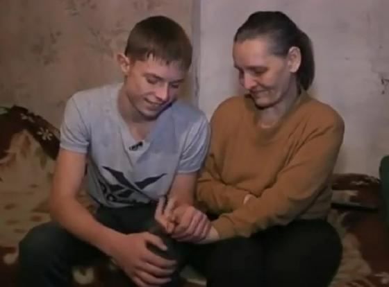 8-летний мальчик сам вёл хозяйство и ухаживал за мамой. Он вырос — теперь ему 23