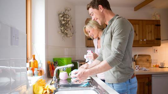 Вот почему женщинам так нравятся мужчины, которые моют посуду
