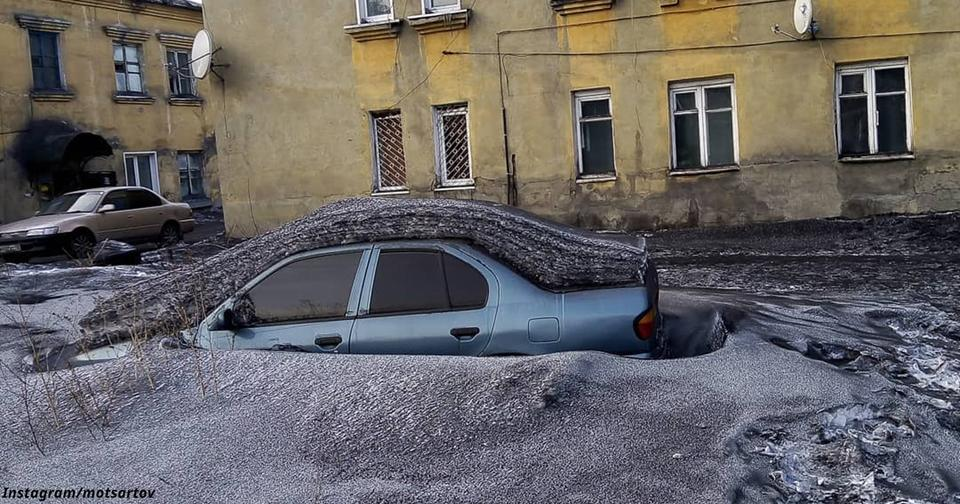 В Сибири выпал чёрный снег — совсем как уголь! Местные не могут поверить глазам