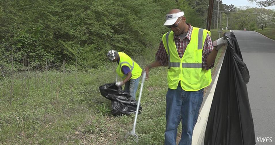 В этом городе бездомным платят за уборку как коммунальщикам. Вот что изменилось