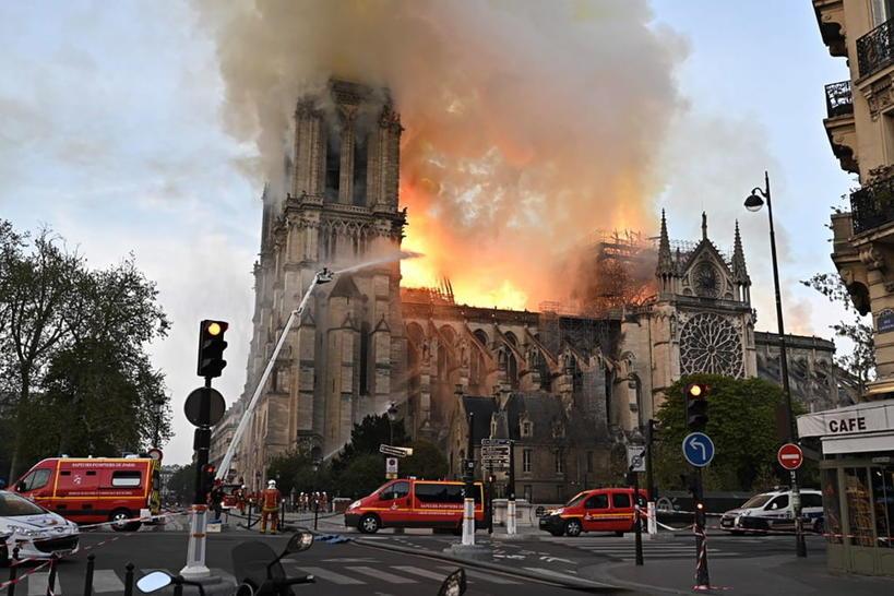 В Париже загорелся легендарный символ города - Нотр-Дам-де-Пари, собор Парижской Богоматери :(