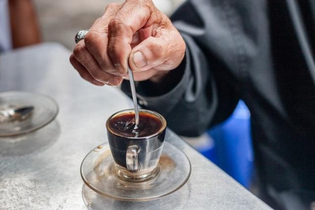 Бомжеватый на вид мужчина зашел в кафе и попросил «подвешенный» кофе...