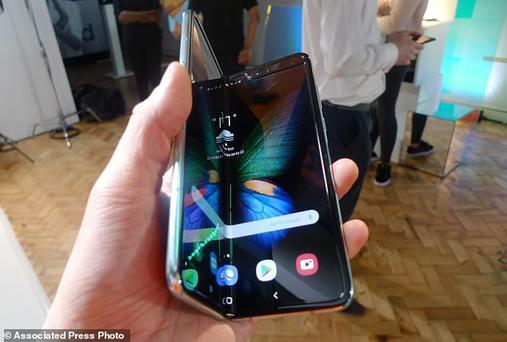 Смартфоны-раскладушки от Samsung ломаются на второй день, говорят покупатели