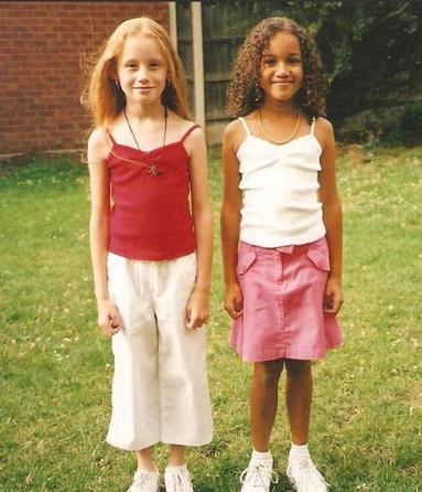 Никто не верил, что эти девочки - близняшки. Вот как они выглядят 20 лет спустя