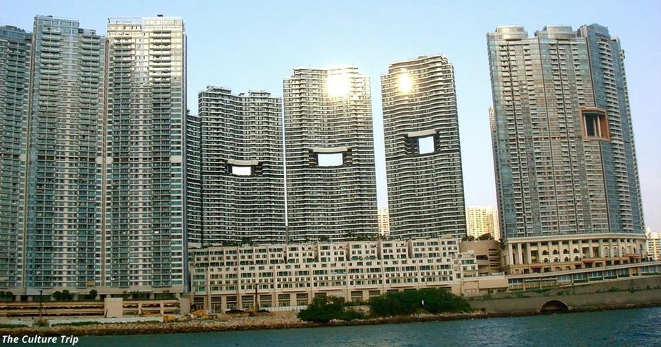 Странная причина, почему в небоскрёбах Гонконга есть большие квадратные отверстия