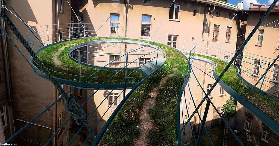 В Польше в дворе колодце сделали подвесную травяную дорожку для отдыха офисных работников