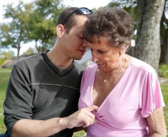 Этот парень встречается только с женщинами за 60 - и просто обожает зубные протезы