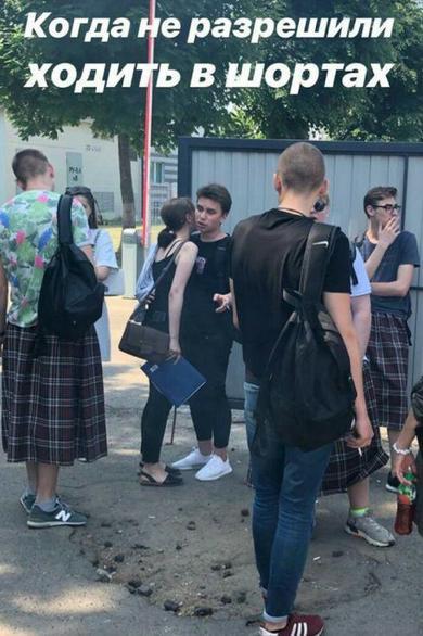 Школьникам в Минске запретили ходить на уроки в шортах. И они пришли в юбках!
