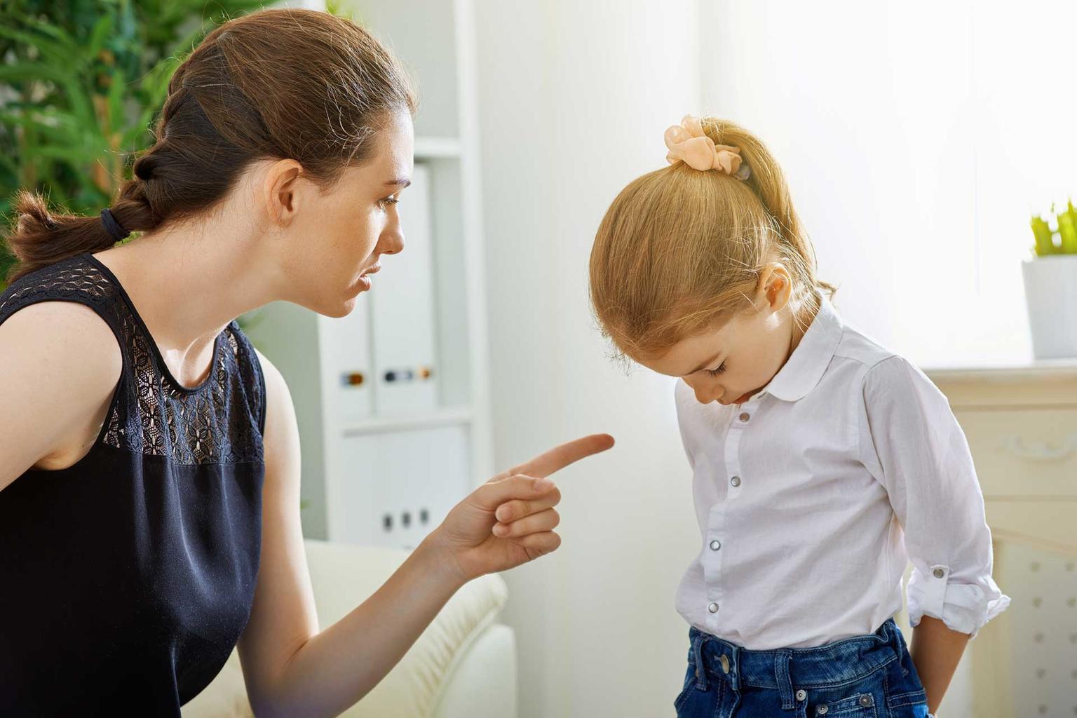 6 устаревших фраз, которые родители должны перестать говорить дочерям