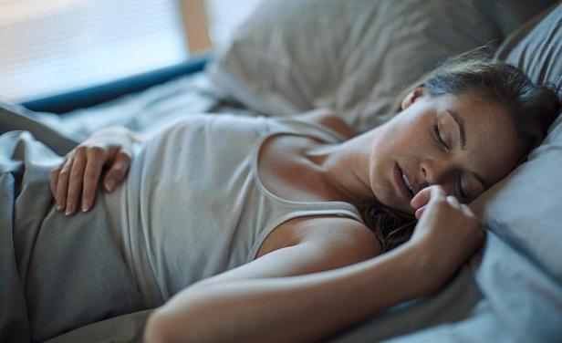 Спите со светом? Это может быть чревато лишним весом