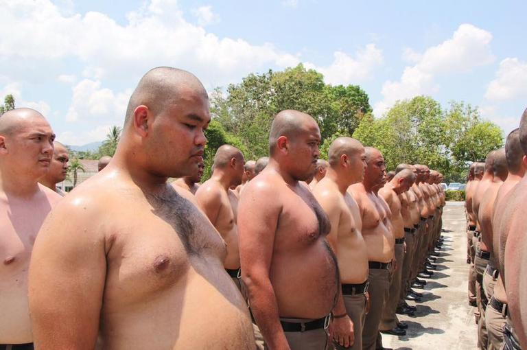 Теперь и в Индонезии: Полных полицейских заставляют худеть под страхом увольнения