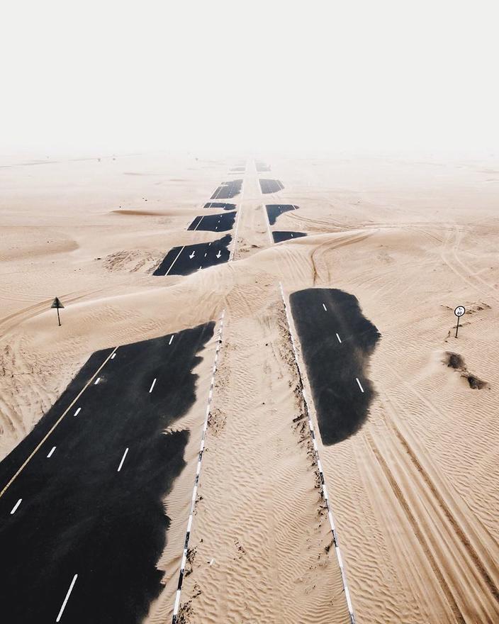 16 поразительных фото, как пустыня пытается поглотить Дубай