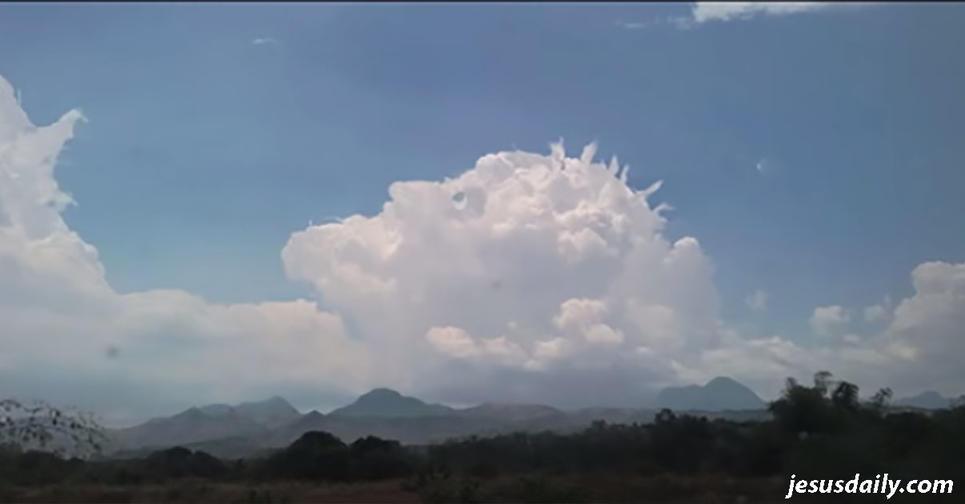 Кто то увидел облака, которые ″показали″ нам, как может выглядеть лицо Иисуса