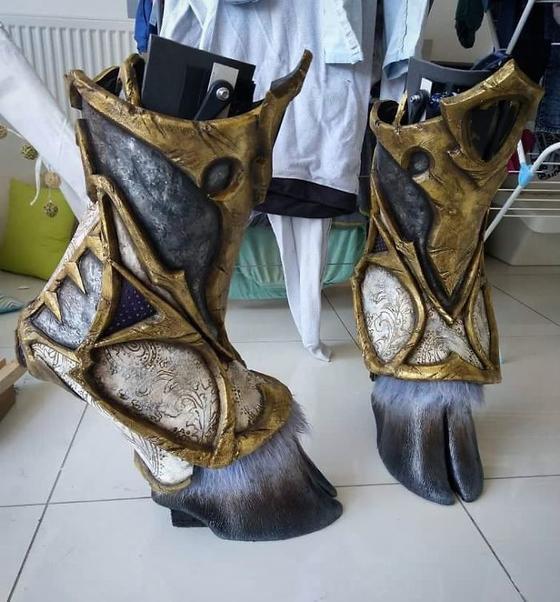 Художник создает очень реалистичную обувь в форме копыт животных. Результат впечатляет