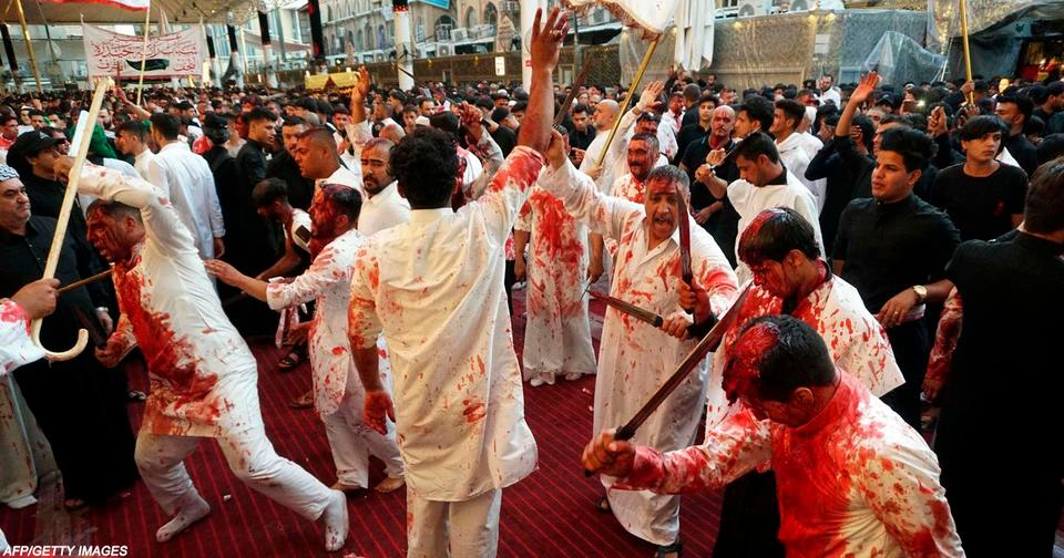 Во время этого религиозного праздника мусульмане режут себя и детей мальчиков, поливая улицы кровью