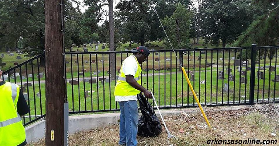 Штат Арканзас платит ,25 в час,   чтобы бездомные собирали мусор с улиц
