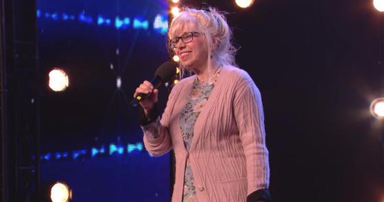 68-летняя женщина вышла на сцену - и сделала день всех присутствующих
