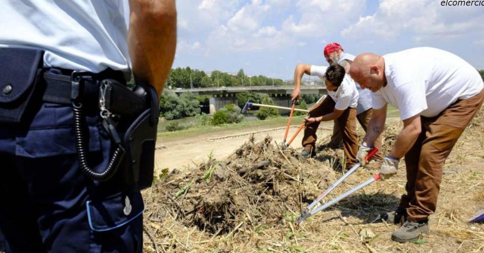 Италия заставила заключенных строить дороги и убирать улицы