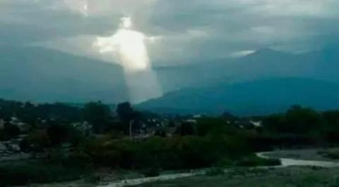 Кто-то увидел облака, которые ″показали″ нам, как может выглядеть лицо Иисуса