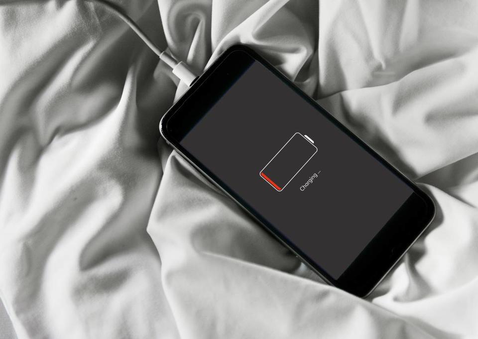 фото телефон на зарядке этом