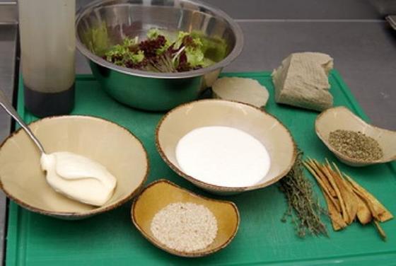 Я обожаю салат цезарь, но решила стать вегетарианкой: рецепт вегетарианского салата, который такой же вкусный, как и оригинальный