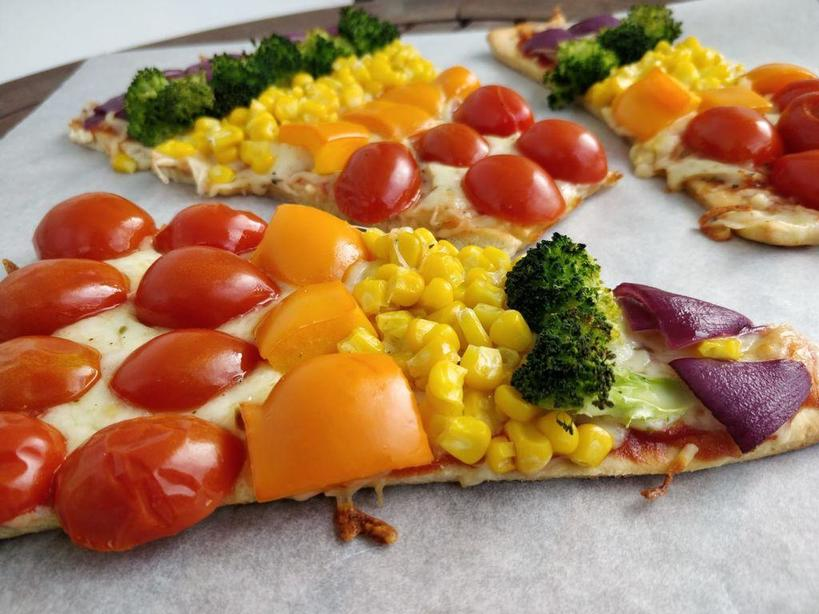 Подруга поделилась новым рецептом пиццы: начинка из разноцветных овощей выглядит очень аппетитно