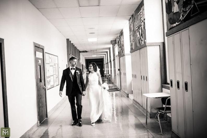 Звание обязывает: «Учительница года» решила провести свадебную церемонию в школе, где работает