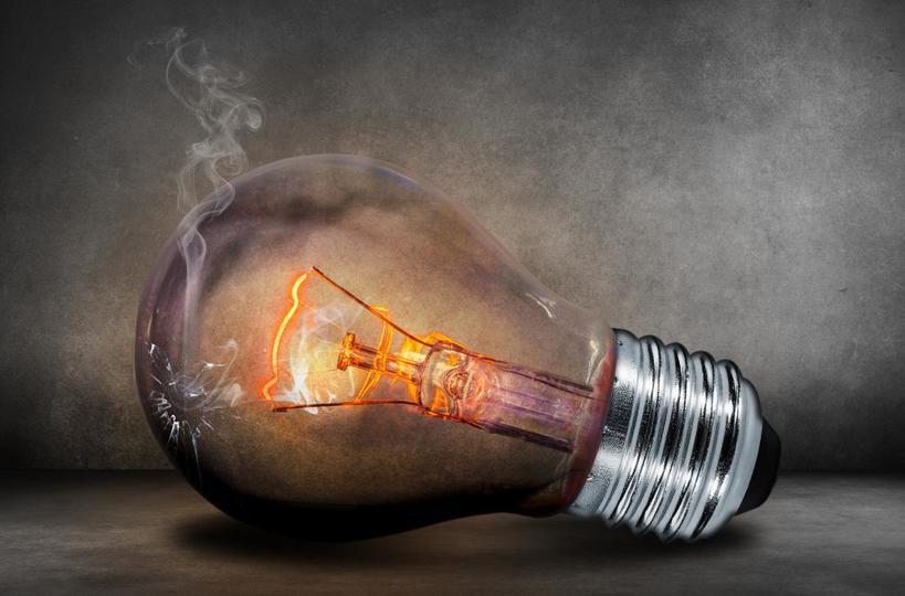 Скачок напряжения или предупреждение? Почему в квартире перегорают лампочки