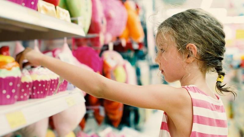 Мне она не нужна : девочка купила игрушку и тут же отдала ее кассиру
