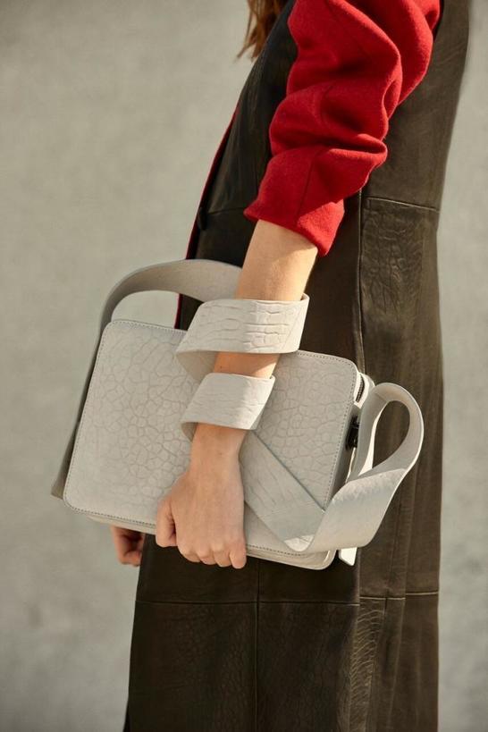 Шуточный тест: то, как вы носите сумку, расскажет друзьям о вашем характере