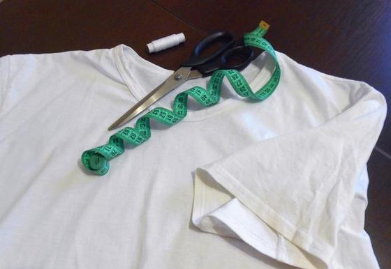 Любую мужскую футболку я легко могу переделать в женскую: простой мастер-класс