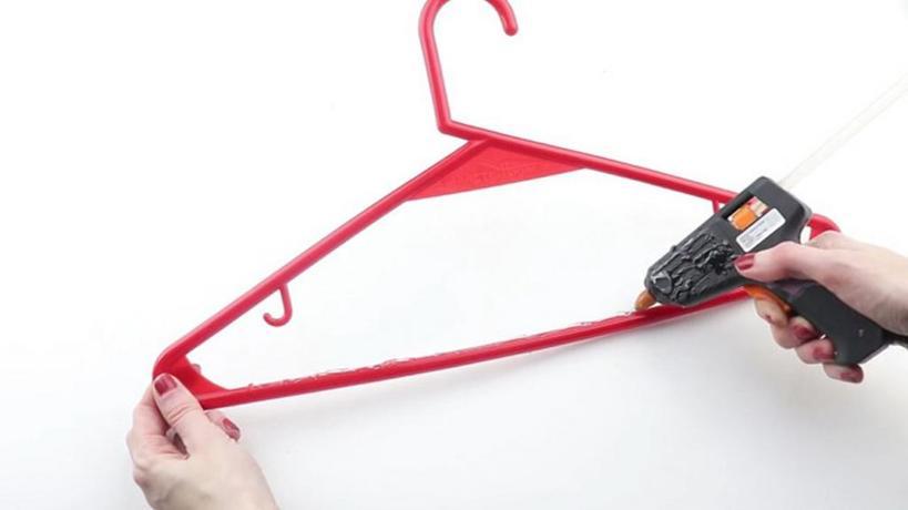 Как повесить брюки в шкаф так, чтобы они не мялись и не было заломов: существует несколько способов