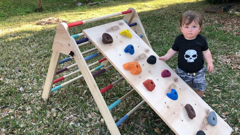 Муж решил серьезно заняться физическим воспитанием наших детей: недавно он сделал им специальную горку для лазанья