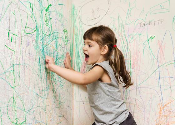 Дети постоянно оставляют пятна и рисунки на обоях. Но я их не ругаю, а быстро удаляю даже следы от фломастера