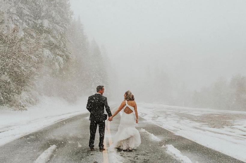 В день свадьбы молодой пары начался жуткий буран. К счастью, молодожены с честью вышли из этой ситуации и провели необычную фотосессию