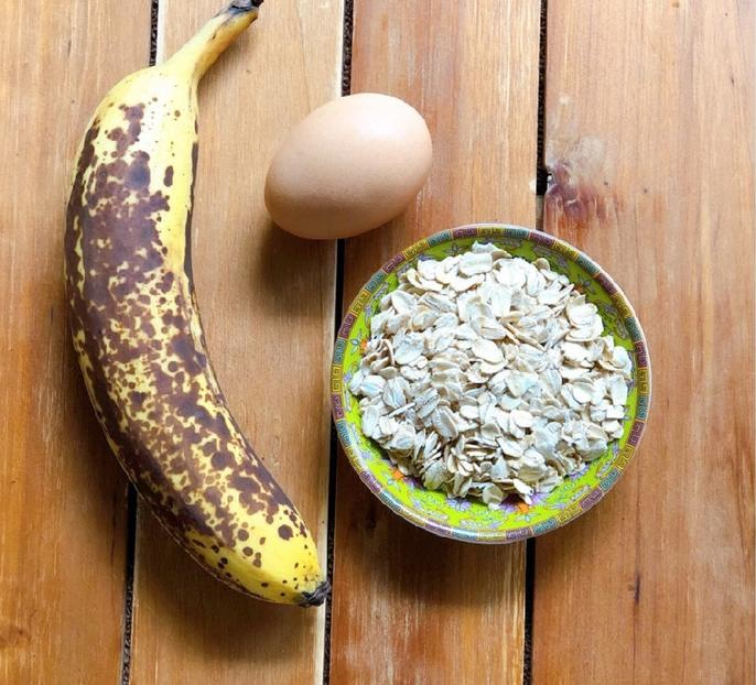 Не выбрасываю переспелые бананы, а пеку вкусные оладьи на завтрак: пара минут – и готово