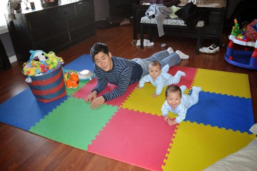 Каждый член семьи стремится вам помочь: в чем плюсы и минусы воспитания близнецов