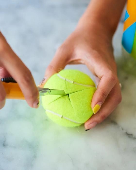 Я прикрепила теннисный мячик к швабре и за пару минут удалила черные полосы с пола