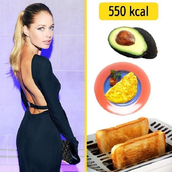 Миранда Керр съедает авокадо и яйцо, а Жизель Бюндхен - тосты с сыром. Завтраки известных моделей, которые позволяют им держать себя в форме