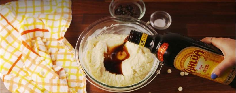 К праздникам я обязательно готовлю кофейный Fudge с ликером: семья и гости в восторге от моего коронного рецепта