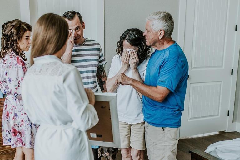 В день свадьбы невеста показала родственникам фотографию со своей бабушкой