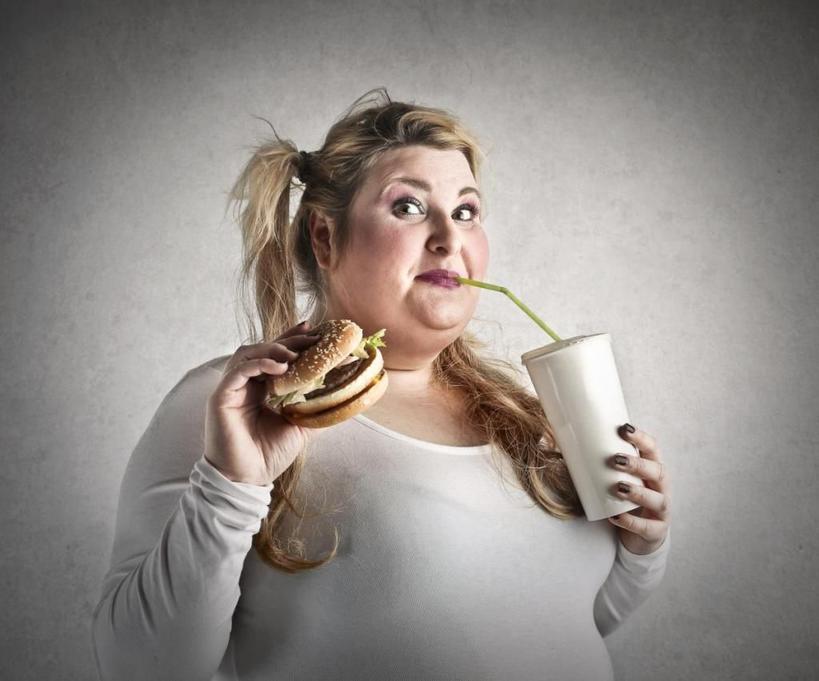 У женщин существует проблема с контролем привычек: ученые доказали, что слабой половине трудно отказаться от вредной пищи из-за особенностей мозга